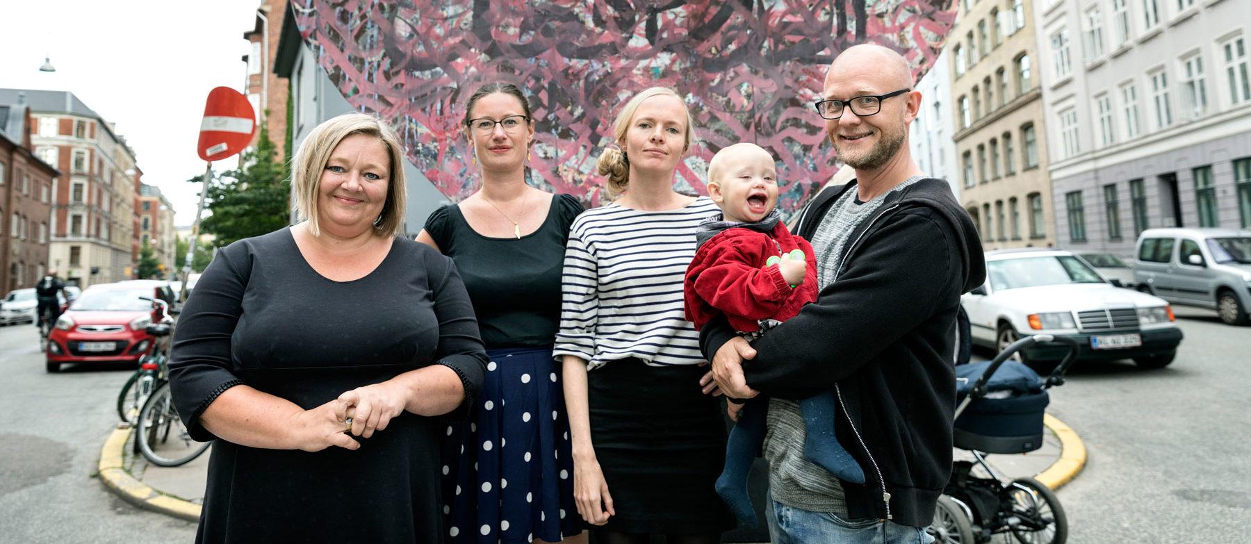 Rikke Lauritzen, Charlotte Lund og Knud Holt Nielsen (med datteren Agnes) fra Enhedslisten Vesterbro og Teknik- og miljøborgmester for Enhedslisten Ninna Hedeager Olsen (i midten til vestre).